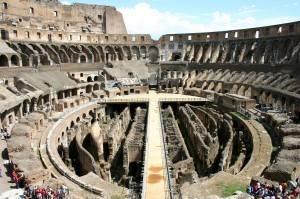 Rzymskie Koleoseum wewnątrz. Widok współczesny